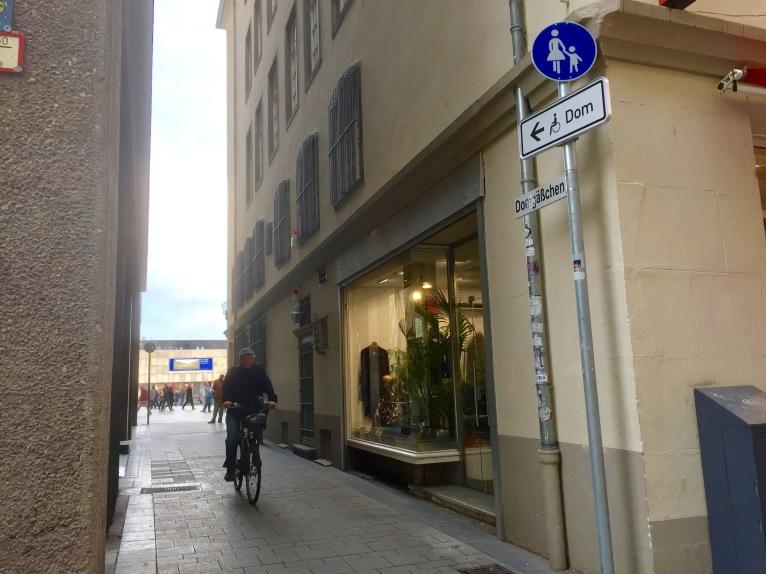 Für Rollstuhlfarer*innen ausgewiesener Weg durch das Domgässchen