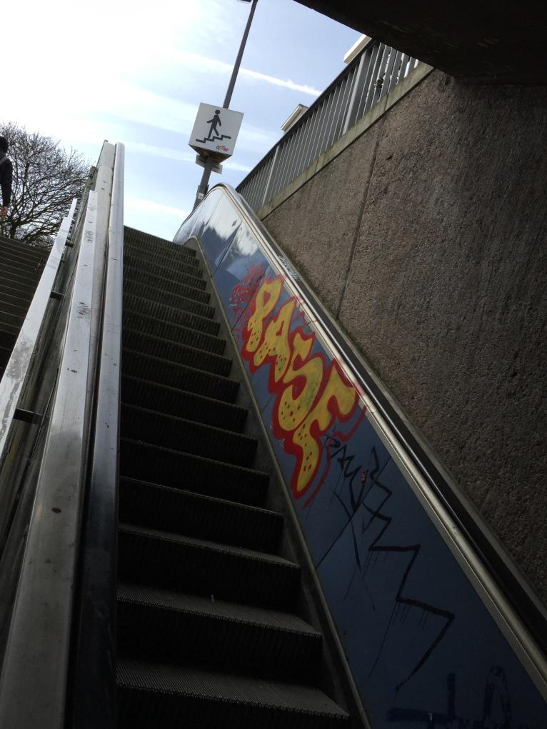 Der Rolltreppenaufgang vor der Reinigung ...